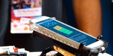 Lego robot shatters Rubik's Cube record